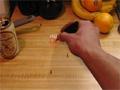 Tem habilidade na sua mão? Então Pegue com a pinça todos os anãozinhos que correm rapidamente pela mesa.